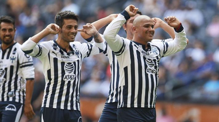 Se mantiene el goleador: 'Chupete' Suazo anotó doblete en Monterrey