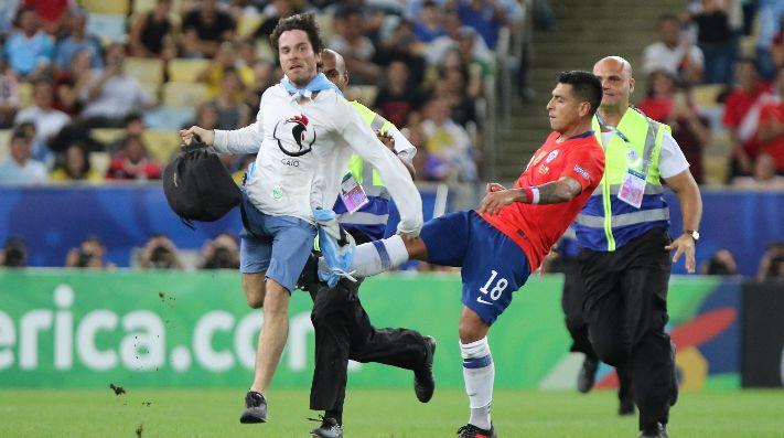 Gonzalo Jara detuvo al hincha con máscara de gallina de una patada