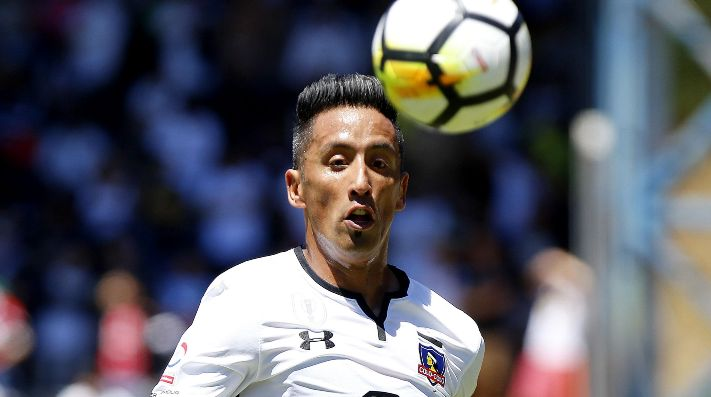 Lucas Barrios defendiendo a Colo Colo